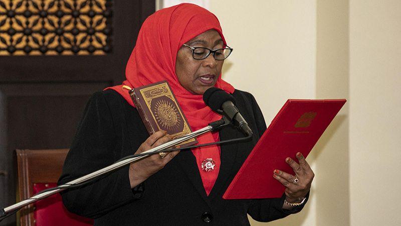 """كيف تسعى أول رئيسة محجبة لتنزانيا لإخراج بلادها من أزمة """"كورونا""""؟"""