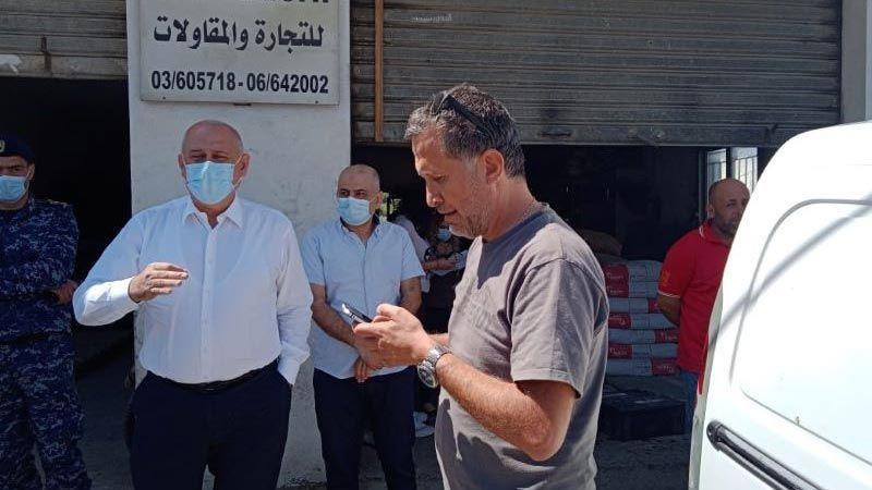 وزير الصناعة يداهم مراكز بيع الاسمنت المخالفة