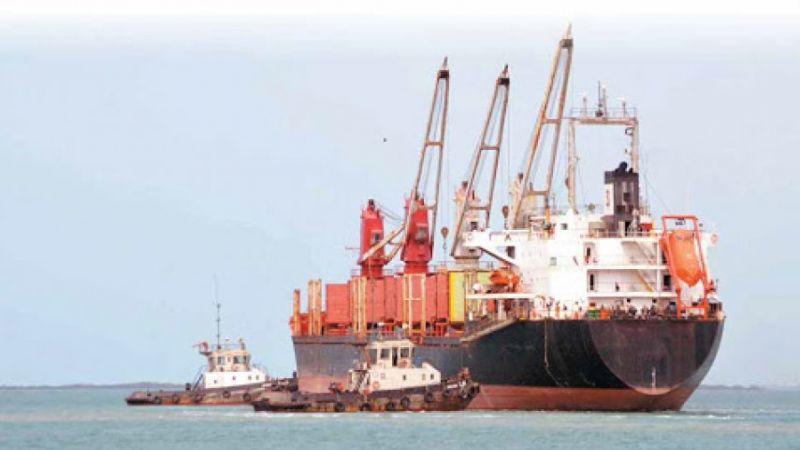 العدوان السعودي يفرج عن سفينة وقود خاصّة ويستمر باحتجاز بواخر الاستهلاك العام