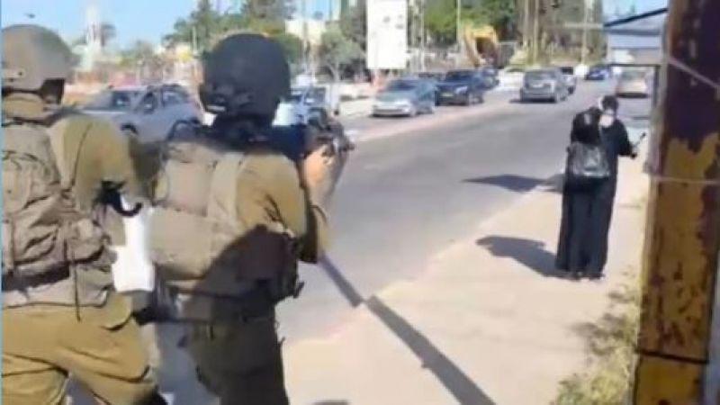 جيش العدو يطلق النار على مسنّة فلسطينية ويعتقلها رغم جراحها الخطرة