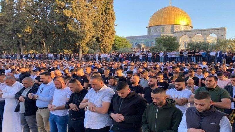 عشرات آلاف الفلسطينيين أدوا صلاة العيد في المسجد الأقصى المبارك