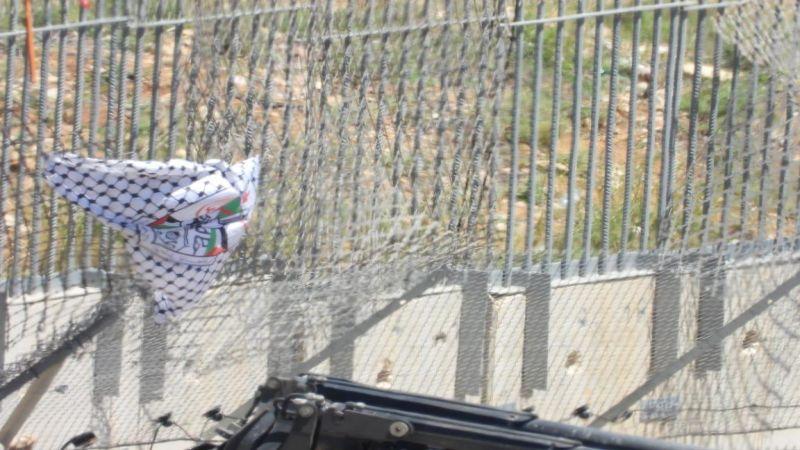 بالصور.. لماذا لم يتجرأ جنود العدو على إزالة الأعلام من الجدار الحدودي قرب بوابة فاطمة؟