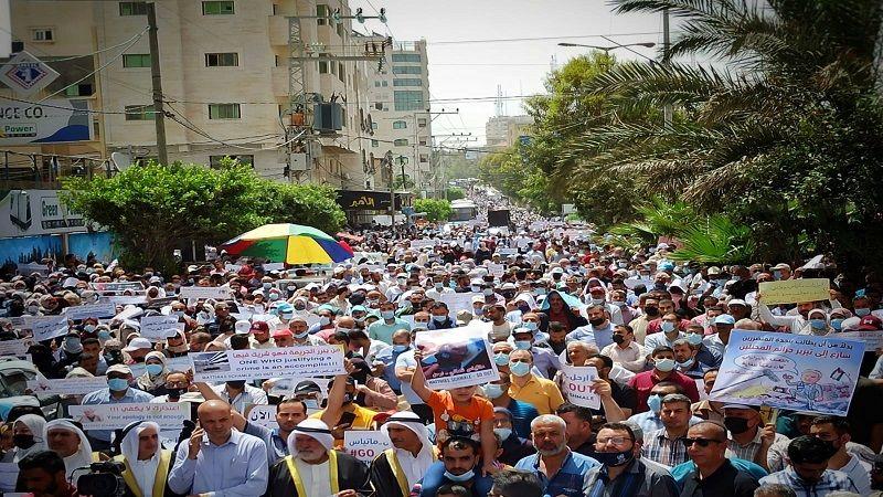 الآلاف يتظاهرون في غزة للمطالبة برحيل مدير عمليات الأونروا