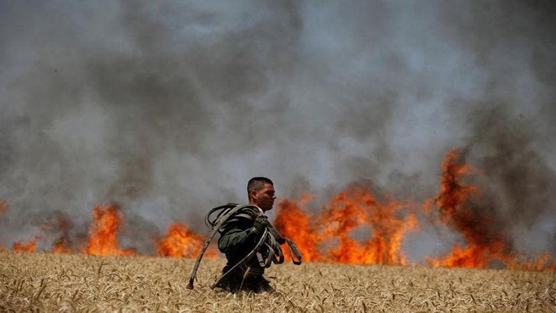"""عشرات الحرائق في مستوطنات """"غلاف غزة"""" بفعل البالونات الحارقة"""