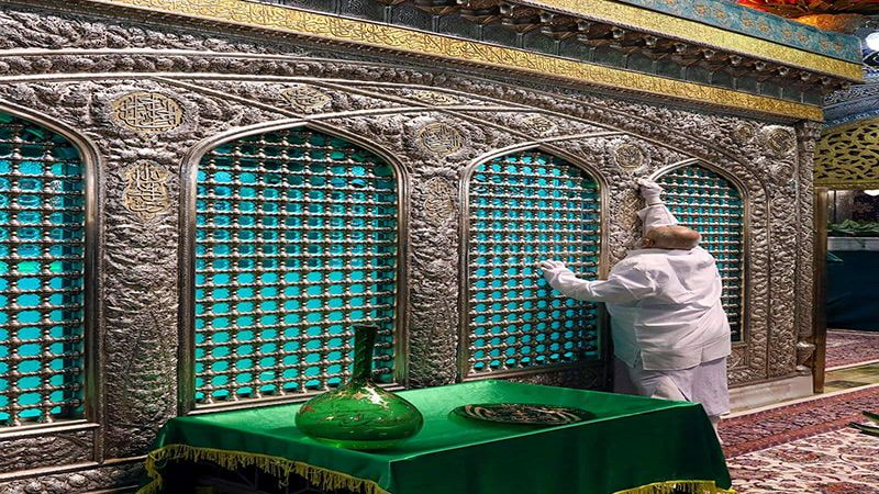 بالصور: مراسم إزالة الغبار عن ضريح الإمام الرضا (ع)