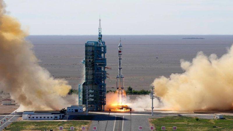 الصين تطلق أوّل رحلة مأهولة إلى محطتها الفضائية