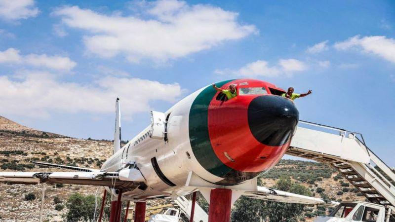 """فلسطينيان يحوّلان طائرة """"بيونغ 707"""" إلى مطعم"""