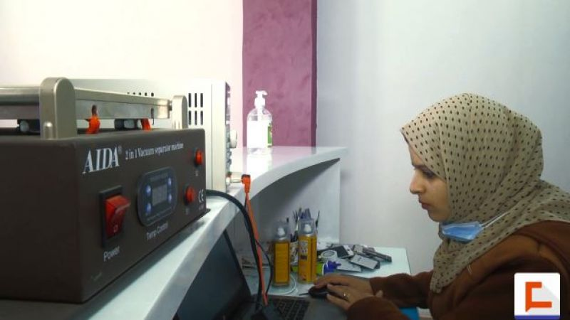 فتاة من غزة تواجه البطالة بصيانة الهواتف الذكية