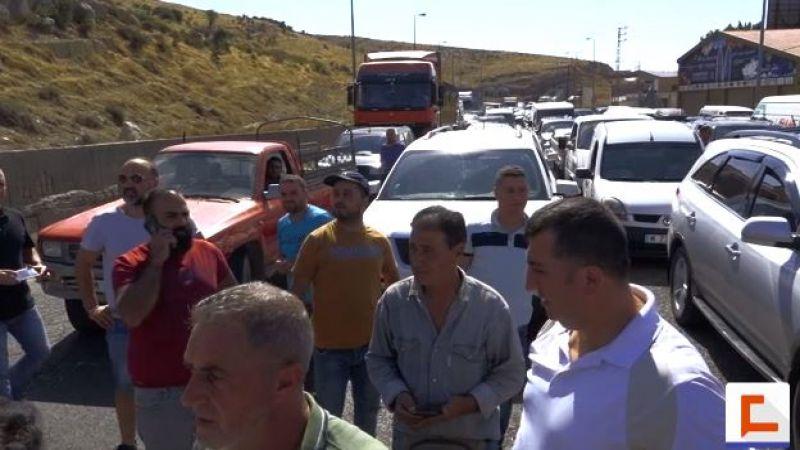 اعتصام تحذيري لأصحاب وسائقي الفانات العمومية على طريق ضهر البيدر