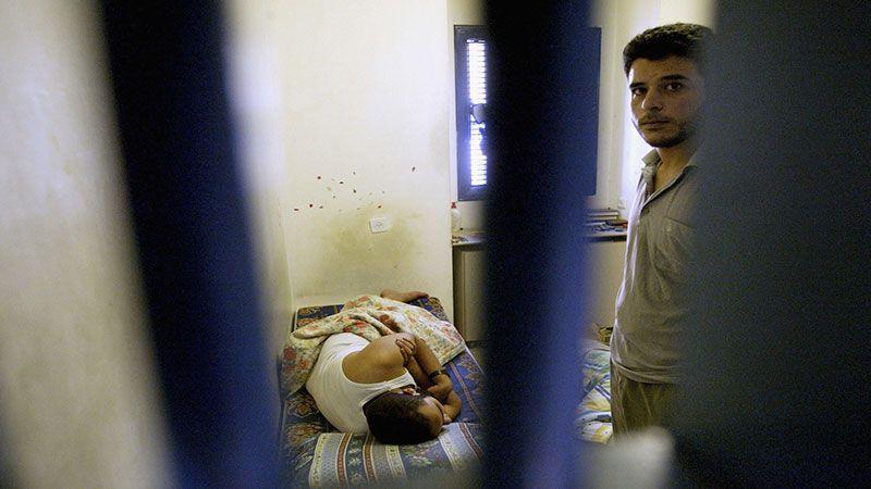 العدو ينتقم جماعيًا من الأسرى وإهمال طبي فاضح في معتقل نفحة