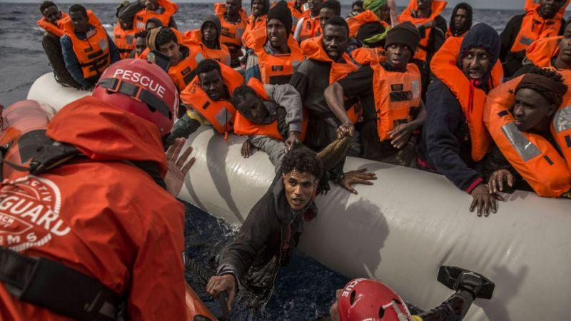 قصف مركز للمهاجرين في العاصمة الليبية يودي بحياة 30 شخصاً