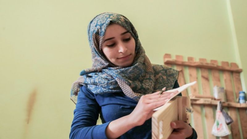 """آية كشكو.. فلسطينية تبدع في تحويل """"أخشاب المشاطيح"""" لأثاث منزلى راقِ"""