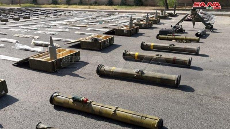 """بالصور.. ضبط أسلحة وذخائر من مخلفات الإرهابيين جنوب سوريا بينها صواريخ """"تاو"""" أمريكية"""
