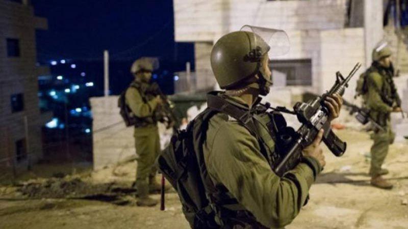 الاحتلال يعتقل 13 فلسطينيًا من الضفة الغربية