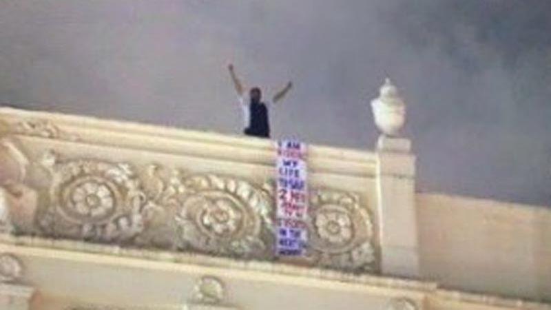 ناشط بحريني معارض يعتلي مبنى سفارة البحرين في لندن