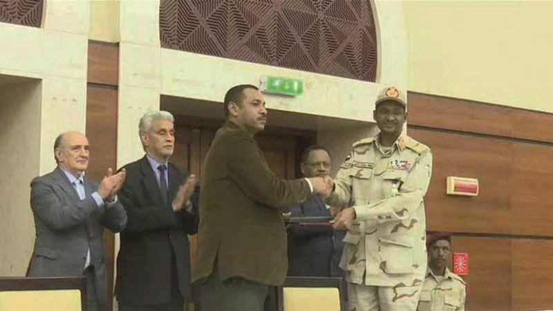 المجلس العسكري السوداني وقوى الحرية والتغيير توقعان الأحد على اتفاق الإعلان الدستوري