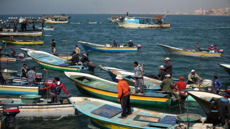 حربٌ على لقمة عيش الصياديين الفلسطينيين.. الاحتلال يُغلق بحر غزة