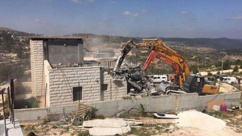 الاحتلال يعتقل 18 فلسطينيًا ويهدم منشآت في الضفة الغربية