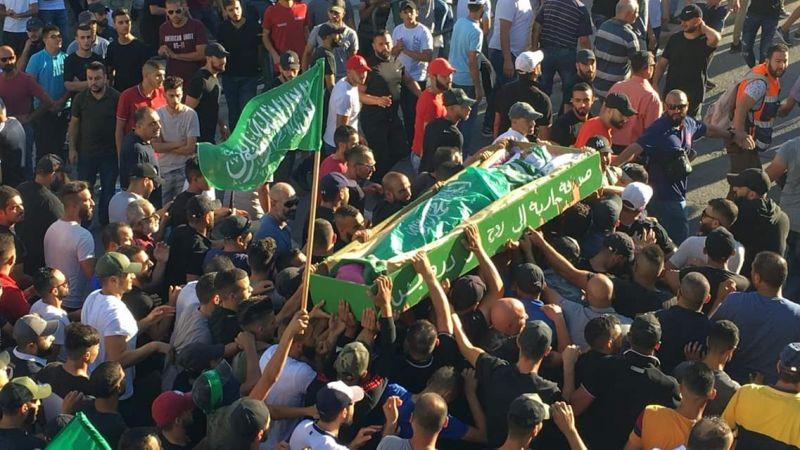 آلاف الفلسطينيين يشيعون جثمان الشهيد محمد عبيد