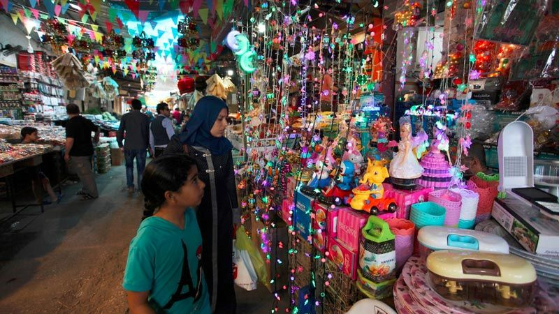 مع اقتراب العيد.. أسواق غزة والضفة الغربية تعاني كسادا تجاريا