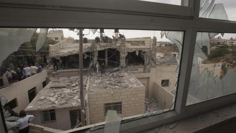 الإحتلال يُجبر 237 عائلة فلسطينية على هدم بيوتهم بأيديهم