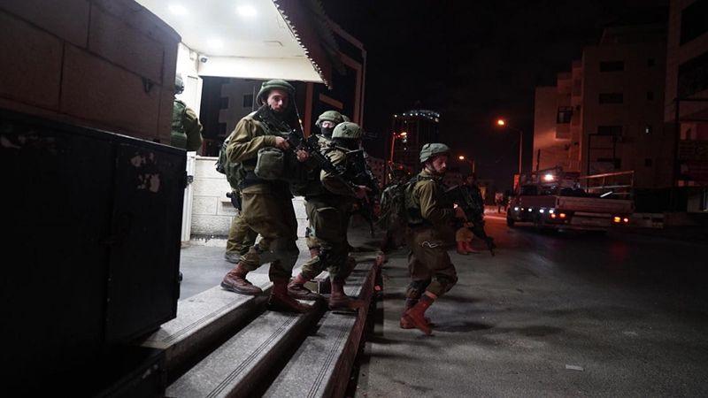الاحتلال يعتقل 16 فلسطينيًا في الضفة الغربية ويصادر مخرطتين