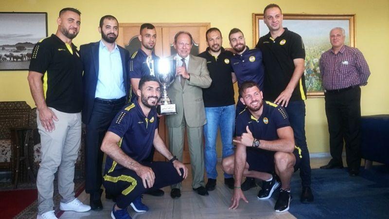 الرئيس لحود استقبل وفدًا من نادي العهد الرياضي أهداه كأس بطولة لبنان