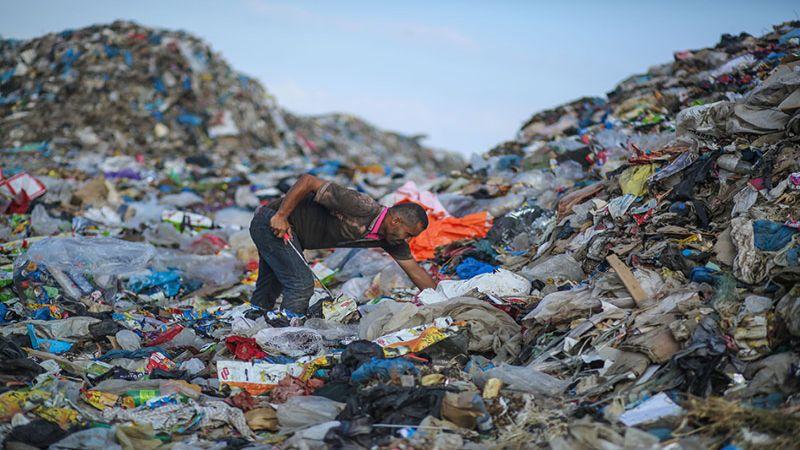 فرز القمامة في غزة.. فرصة عمل