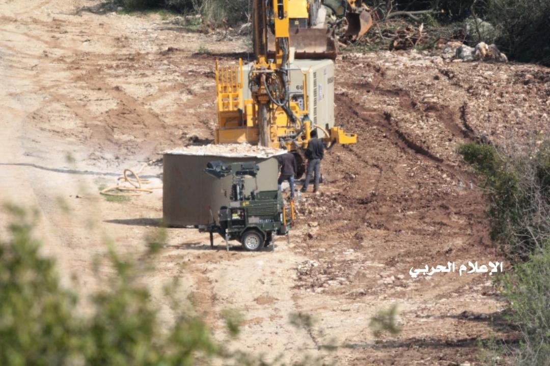 العدو الصهيوني يتابع عملية استحداث شيارات في المناطق الحدودية