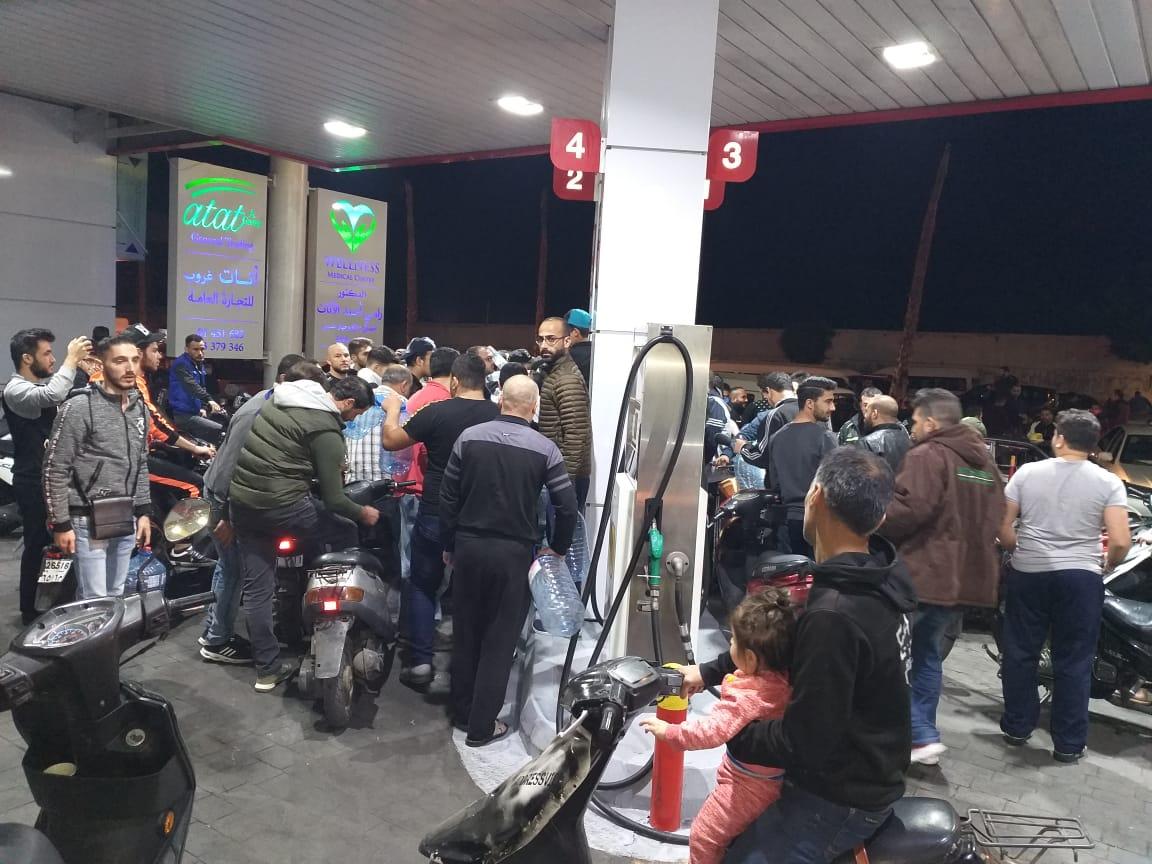 بالصور: خدمة لأهلنا .. محطات الأمانة والأيتام تفتح أبوابها لتعبئة الوقود